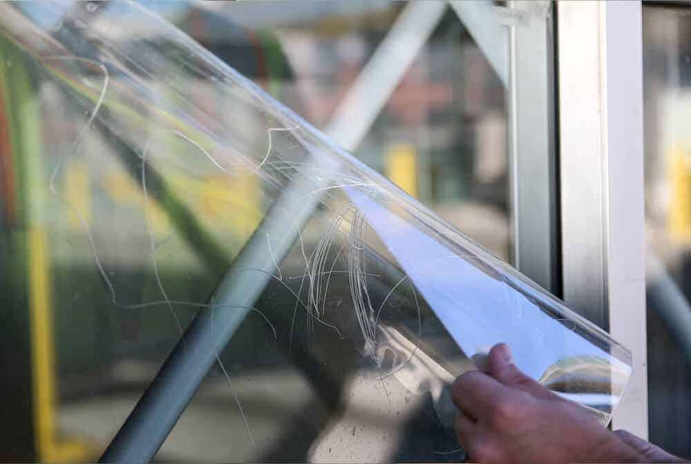 Pose film anti graffiti vitrage entreprise