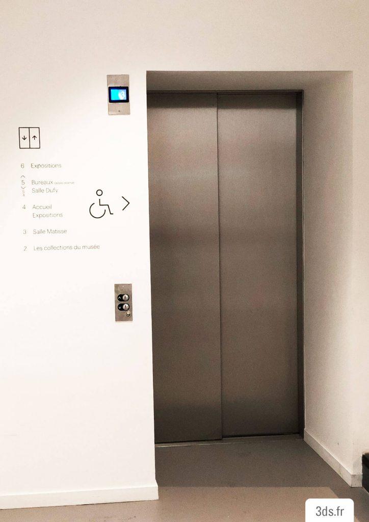 Signalétique lettrage adhésif ascenseur