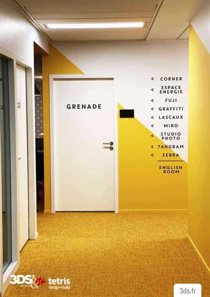 Signalétique directionnelle design mur entreprise