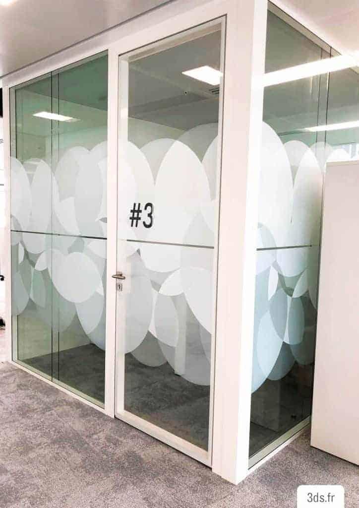 Vitrophanie décorative design avec signalétique