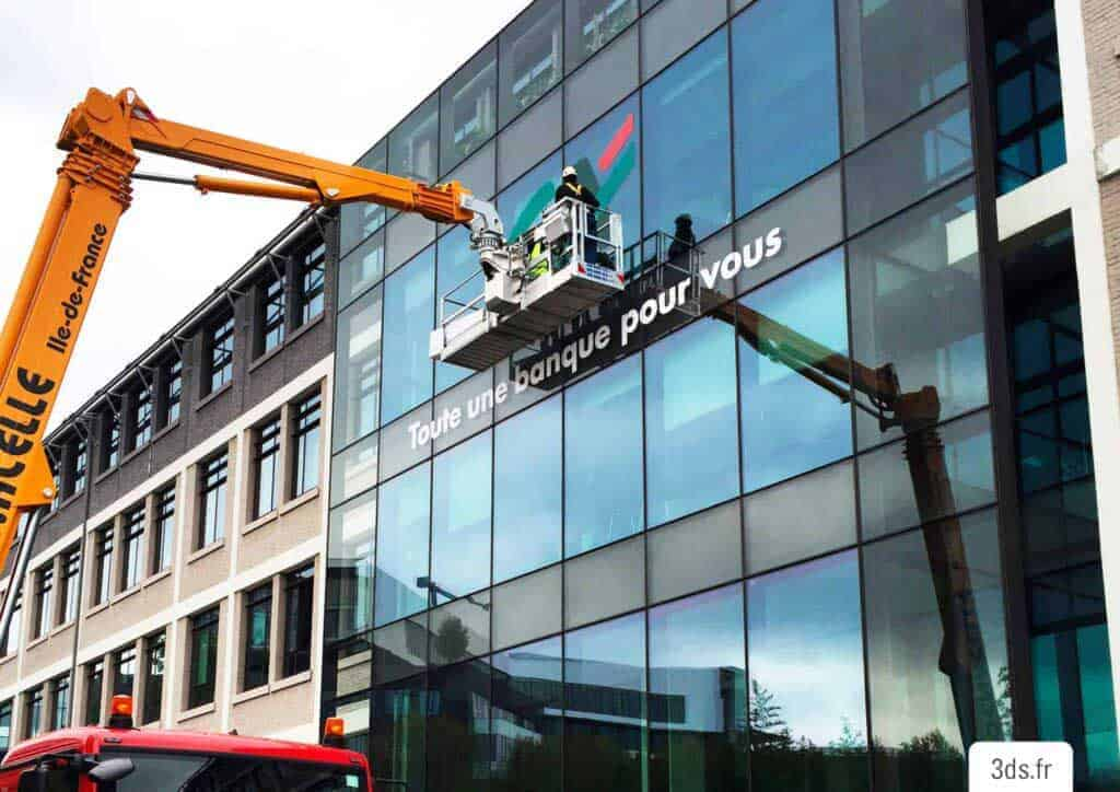 Pose logo signalétique facade immeuble