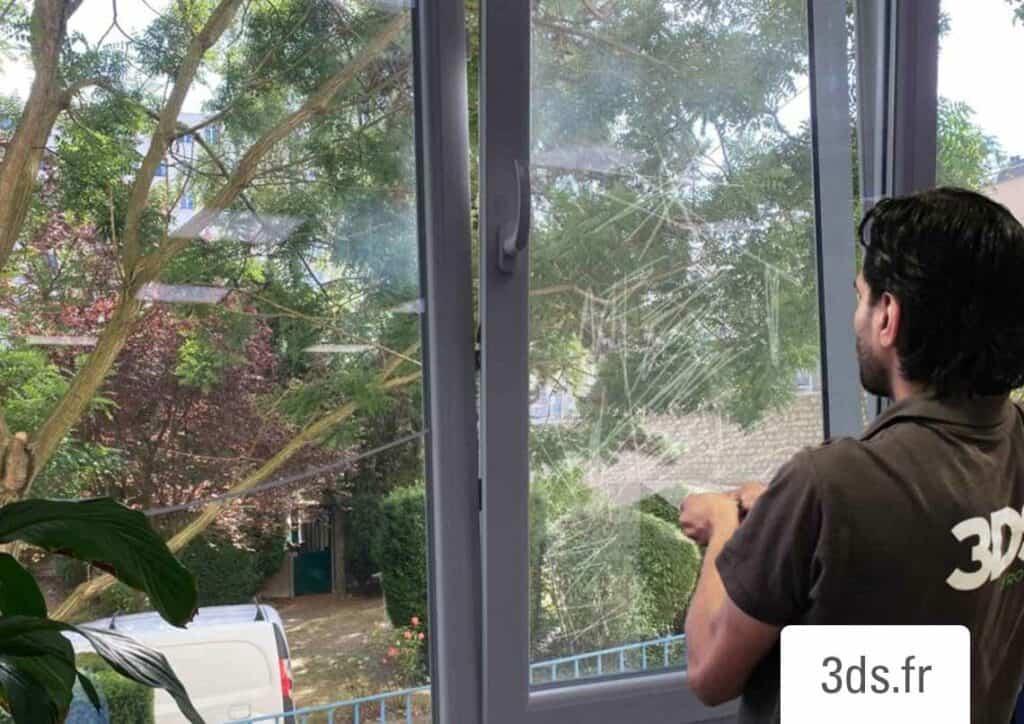 Dépose film anti graffiti fenêtre entreprise