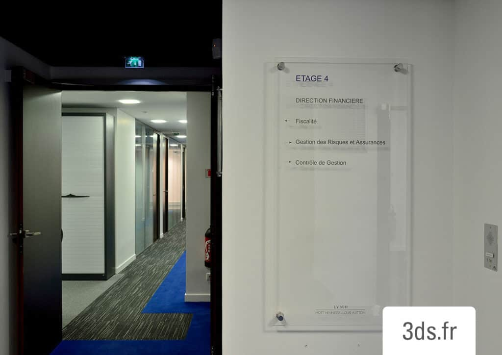 Signalétique intérieure étage entreprise luxe